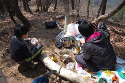 山頂でラーメンを作って食べました。山で食べるラーメンは最高です。